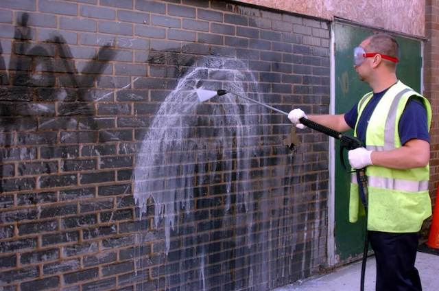 rengöring för att få bort graffiti